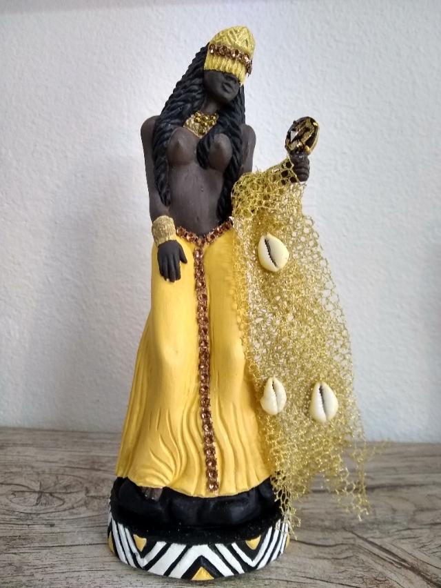 Orixa Oxum Negra com Buzios e Rede - alt24 x 11cm